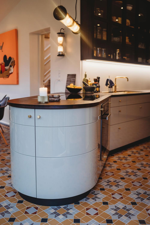 Køkken med afrundede hjørner for enden af bordplade